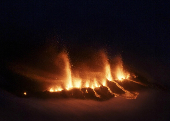 Foto aérea mostra vulcão em erupção perto do Glaciar Eyjafjallajokull, na Islândia. Autoridades evacuaram 450 pessoas da área, 160 km a sudeste da capital Reykjavik. Trata-se da maior erupção da Islândia em 200 anos. Cientistas temem que a erupção possa detonar uma reação maior do vulcão Katla, que fica nas proximidades. (Foto: Ragnar Axelsson / AP)