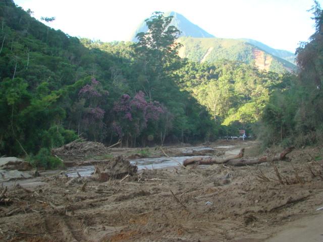Destruição à margem da Estrada no Vale do Cuiabá