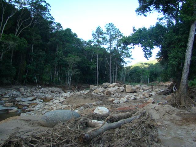 Muitas pedras também foram trazidas pela enxurrada. Algumas enormes.