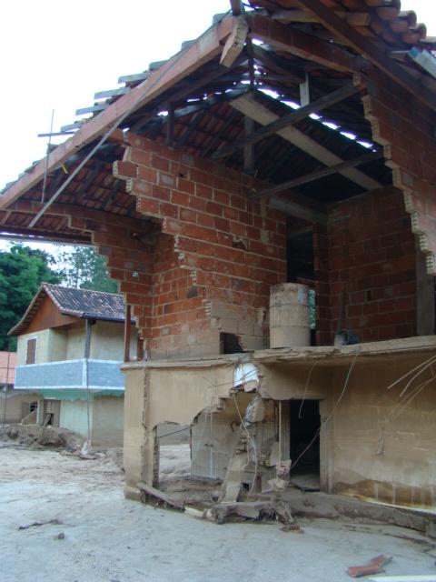 A força da água era tão grande que arrancou pedaços das casas.
