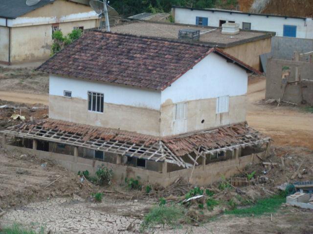 Repare o nível que a água / lama atingiu na parede da casa.