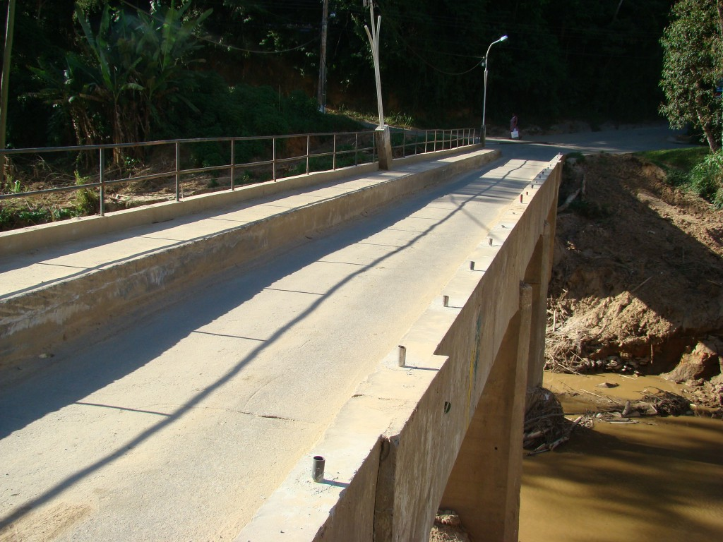 Ponte sobre Rio Santo Antonio que liga ao bairro Madame Machado